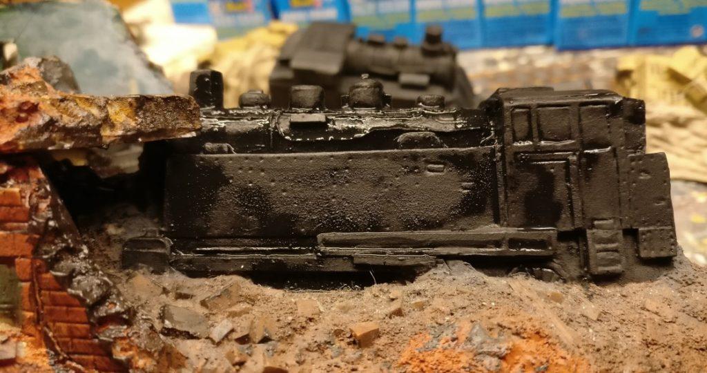 Die Lokomotive im Bahnhof Alexandrowsk bemale ich allerdings selbst. Tief schwarz, dann trockengebürstet und mit Scheiben.