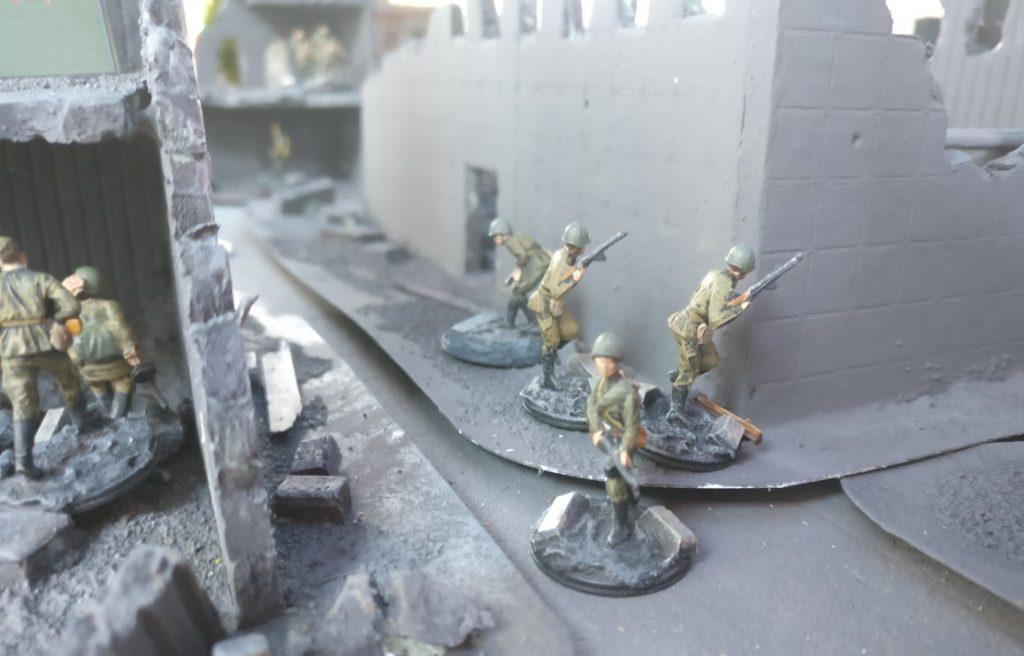 Die ersten Frontniks der 10. NKWD-Division erkunden das Gelände.