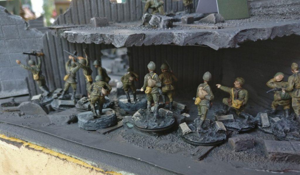 Ein weiterer Infanteriezug zieht in das Erdgeschoss eines Kaufhauses.