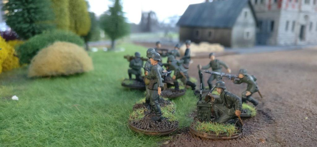 Panzergrenadiere gehen Richtung Kanal in Stellung. Auf der anderen Seite des Kanals werden die US-Truppen erwartet.