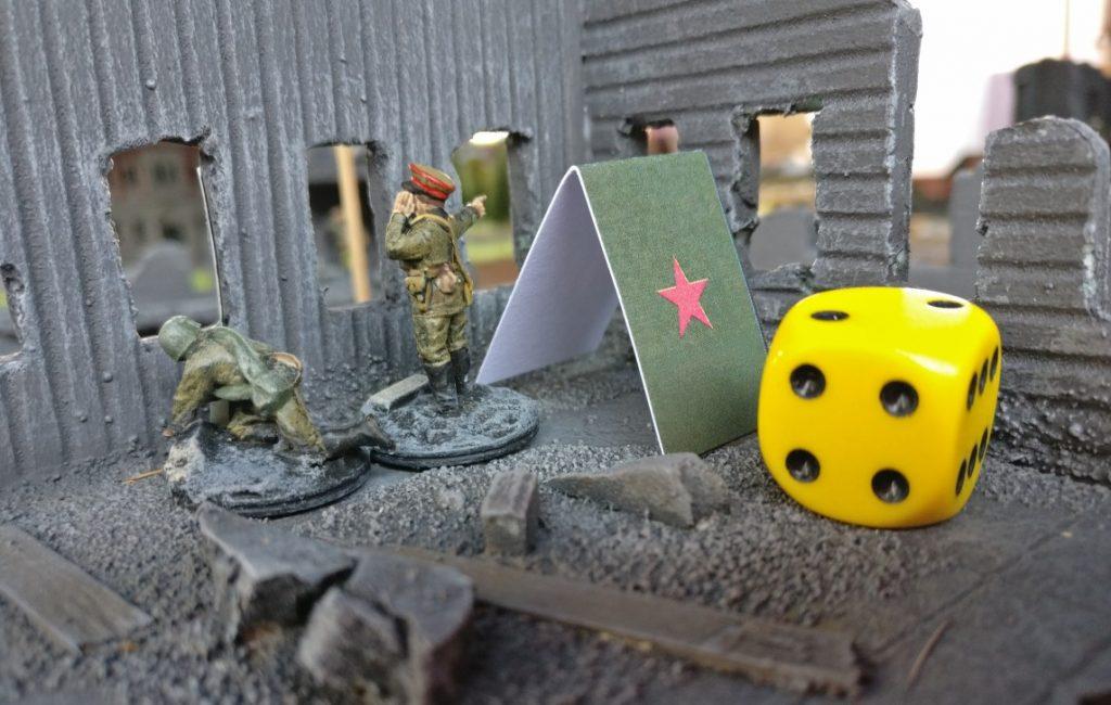 Der Kompaniechef der Roten Armee beäugt aus dem ersten Stock das Geschehen. der W6-Würfel liegt als Zähler für Ressourcenpunkte am Geländemarker an.