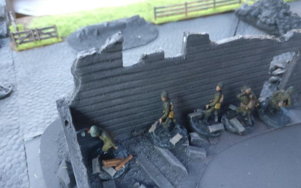 Hinter der Mauer steht der nächste Infantrietrupp bereit.