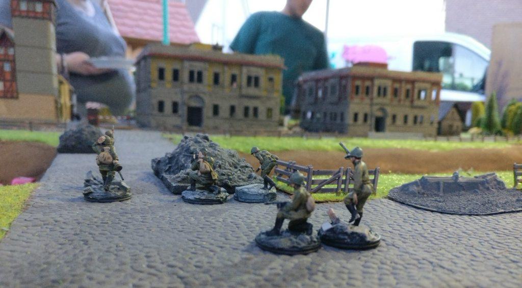 Die Brücke zur Fritzvorstadt ist umkämpft. Die Trupps der 10. NKWD-Division stürmen immer wieder. Doch gegen die automatischen Waffen der Panzergrenadiere ist nur schwer anzukommen.