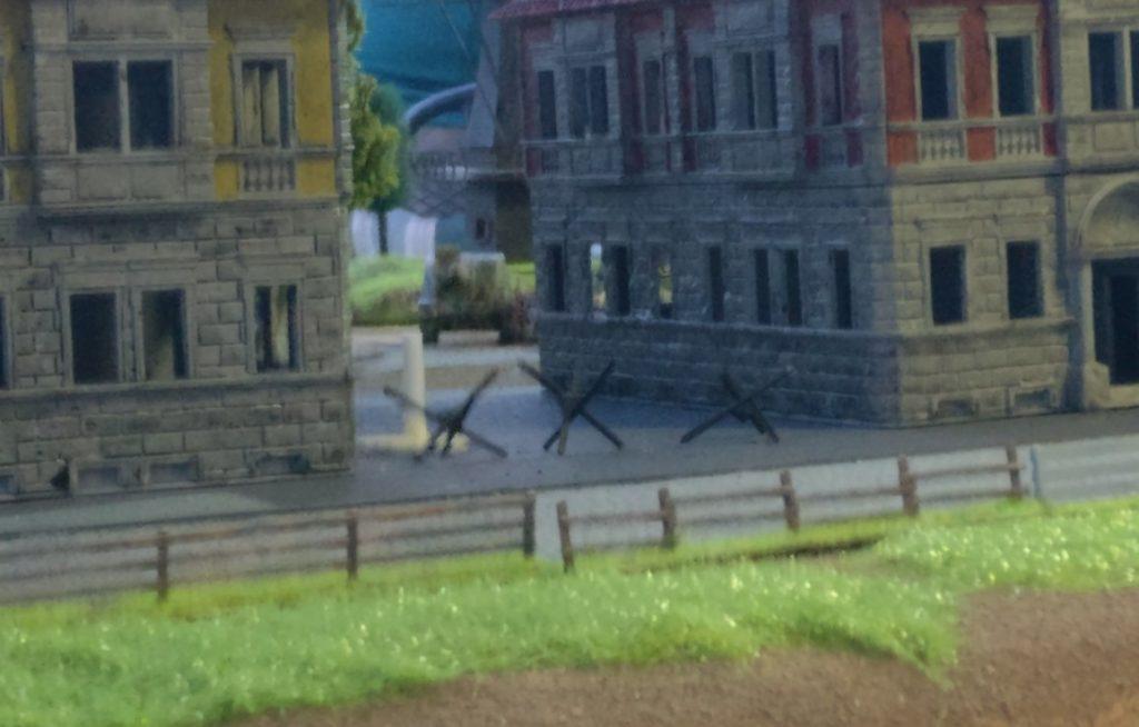"""Im Hintergrund: die Graue Eminenz des """"Brummbär"""". Zwischen den beiden Höusern hindurch nimmt er Truppen auf der Brücke zur Fritzvorstadt unter Feuer."""
