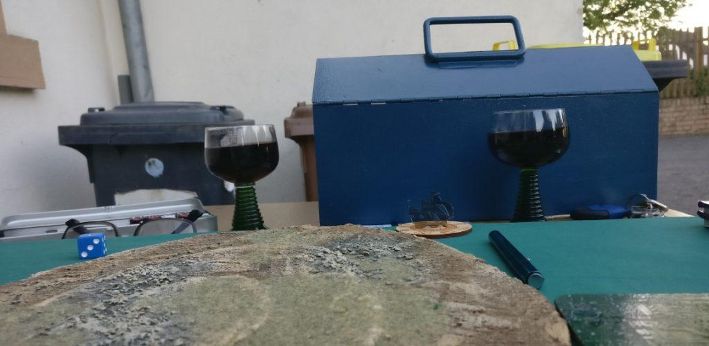 Am Abend begegnet man sich zum vierten Mal - hier auf einem Craggy Steep Hill. Im Hintergrund erkennt man das typische Blau eines Water Feature. Das täuscht aber, denn hier wurden ganz gezielt zwei 1/1 Rotwein Features gelegt.