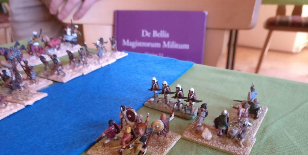 Das lila Regelbuch von DBMM / De Bellis Magistrorum Militum Bretzenheim war in vielfacher Ausfertigung im Turniersaal vertreten und wurde oft benutzt.