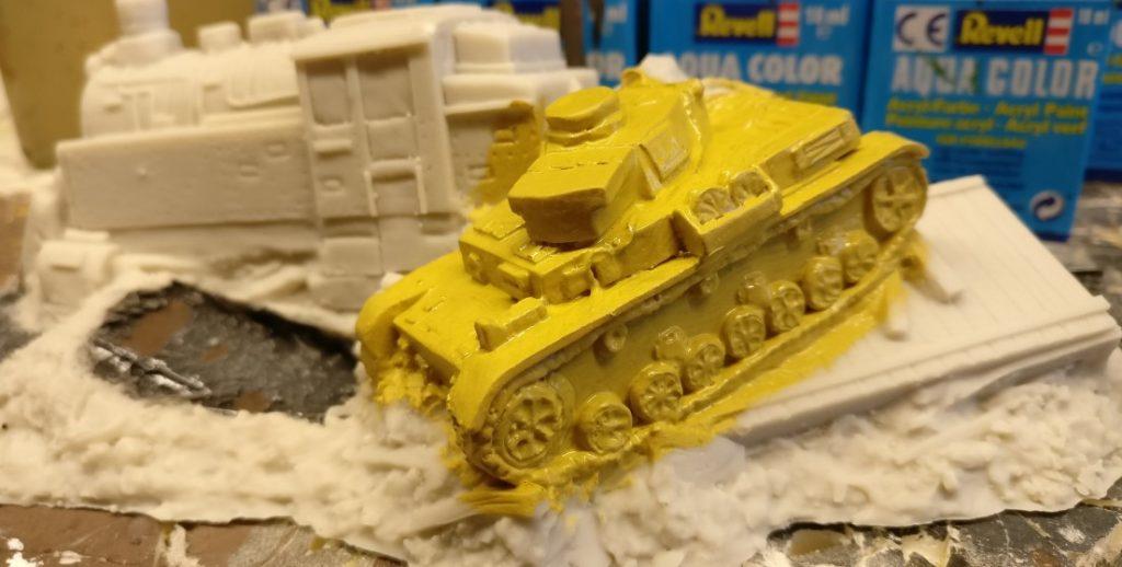 Hier der PzKpfWg IV aus der Nähe. Wer mitzählt, wird feststellen, dass die Koryphäen von Tabletop Art dem Panzer IV nur sieben Laufrollen spendiert haben. Dieses Zeugnis von ganz außergewöhnlicher Intelligenz wird man später noch kaschieren müssen.