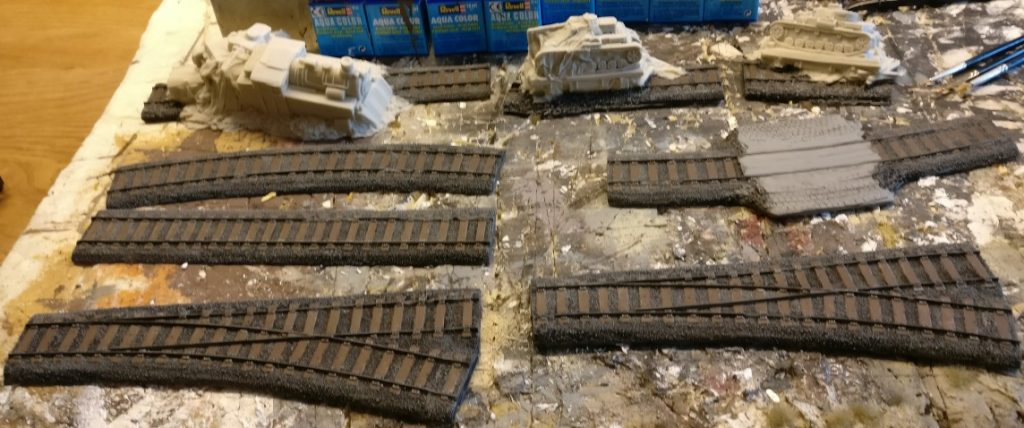 Die Ausgangslage: Die Gleisbettstücke nach dem Black Wash Schritt.