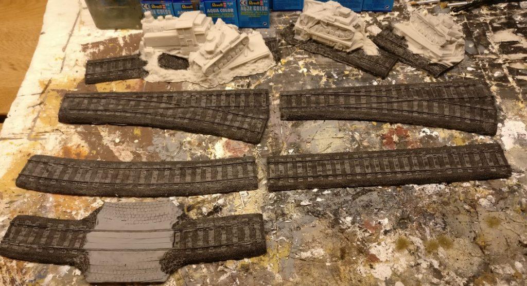 Der Black Wash von Game Color gibt den Resin-Schienenteilen von Tabletop Art sofort Struktur und Tiefe.