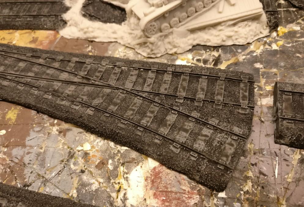 Auf den Schwellen der Resin-Schienenteile bleibt noch ein wenig viel von dem Black Wash haften. Es wäre besser gewesen, diese Tropfen mit einem Tempotaschentuch abzutupfen.