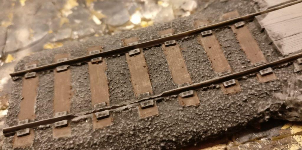 Nachteilig bei den Resin-Schienenteilen von Tabletop Art ist die Brüchigkeit des Materials und Werkstoffs Resin. Die Schienen sind teilweise nicht mehr intakt. Das hält mich jedoch nicht auf. Da muss man halt ein wenig improvisieren.