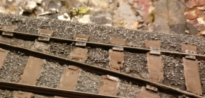 Am zweiten Tag... Die grundierten Schienenstücke erhalten Kontrast und Farbe.