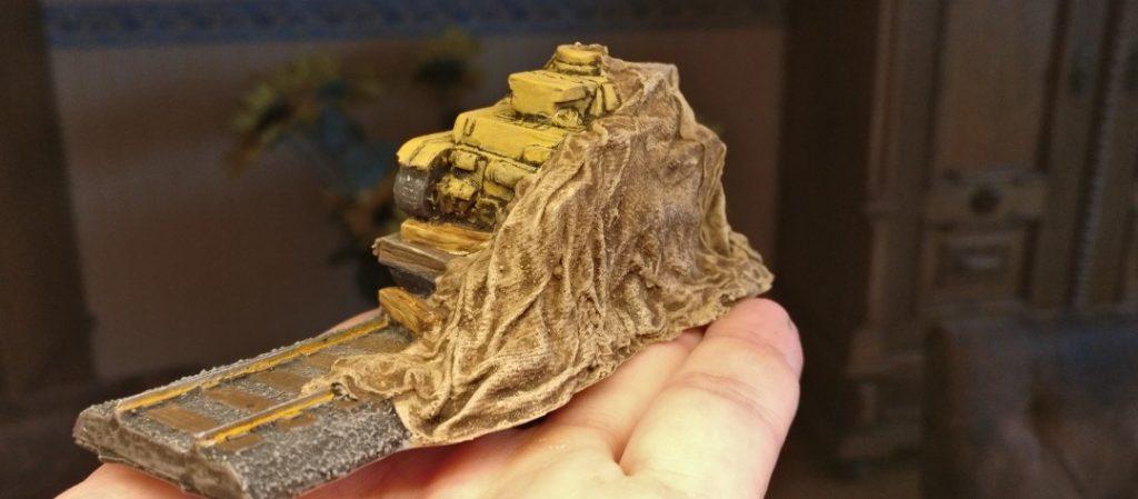 Der Panzer IV auf dem Schwerlastwagen der Reichsbahn unter der Plane. So kann ich das dem Ariovist geben.