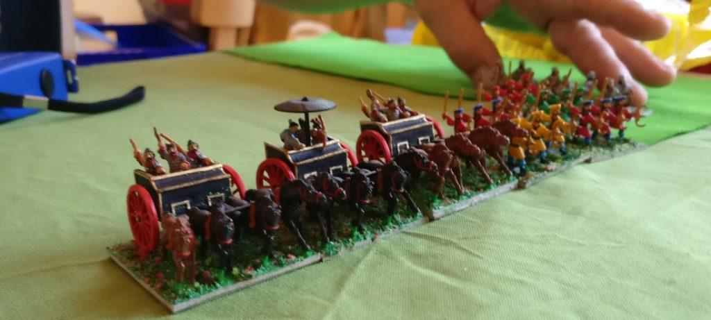 Ein Genuss für die Augen! Romans DBMM-Truppe 1/32 Western Chou mit ihren prächtigen Streitwägen und den davorgespannten schwarzen Rössern. Denen würde ich jederzeit in meinen Kasernen Asyl gewähren!
