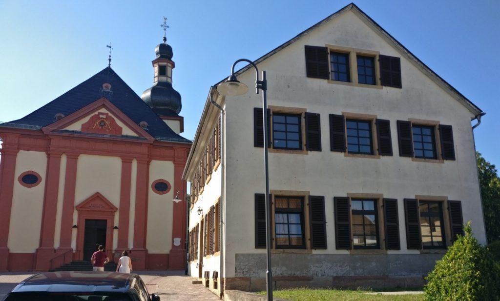 Rechts das Pfarrhaus der katholischen Gemeinde in Bretzenheim/Nahe. Unser DBMM-Turnier fand im Erdgeschoss statt.