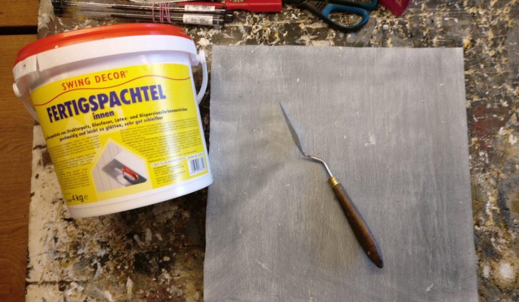 Das Werkzeug für den ersten Teil der Aktion: Ein Malermesser / Spatel, Innenspachtel aus dem Baumarkt, die Styrodurplatte.