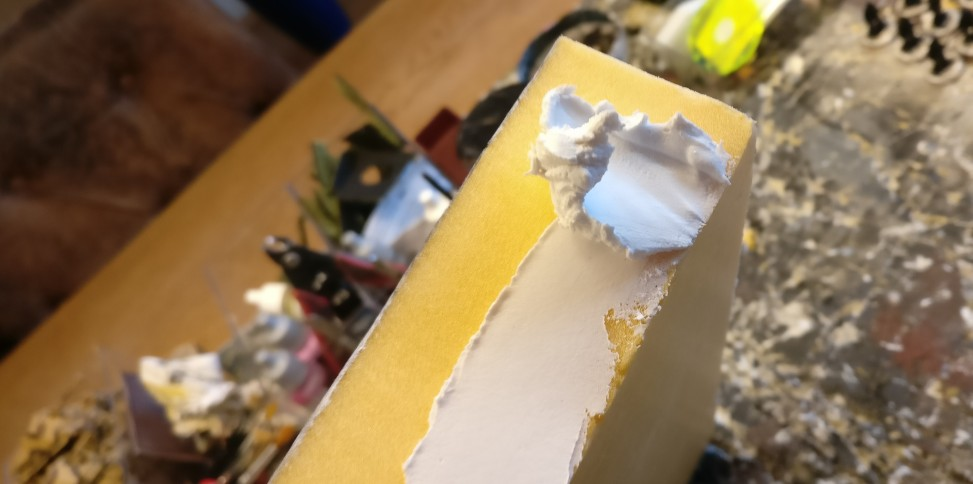 Der Innenspachtel wird mit dem Spatel etwa 2-3mm dick aufgetragen und glatt gestrichen.