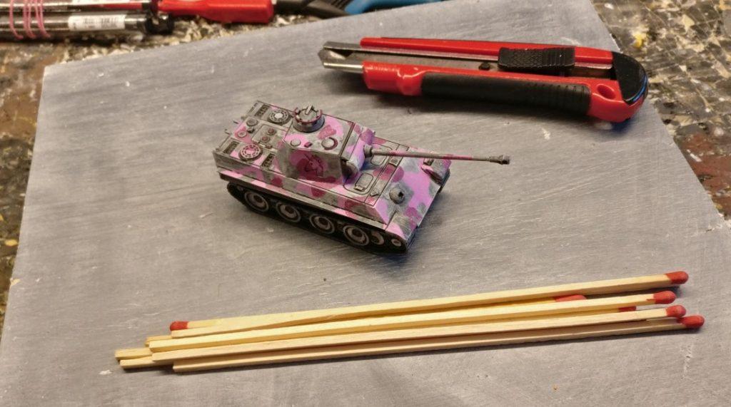 Ein Panther als Maßstab. Riesenstreichhölzer als Baumaterial. Ein Bastelmesser als Werkzeug.