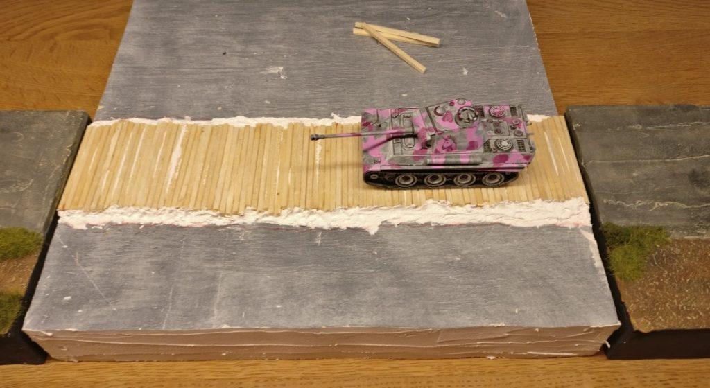 Stellprobe: Der Panther hat satt Platz auf dem Knüppeldamm.  Ein Panzer IV oder Famo wird sich noch viel wohler fühlen.