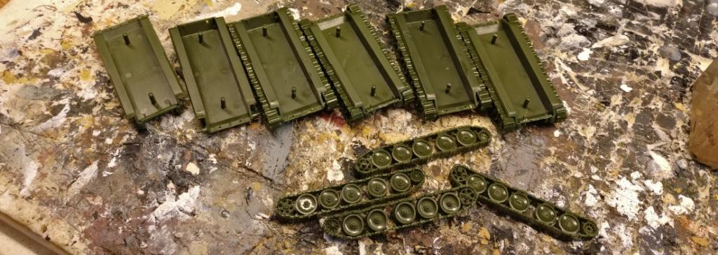 Die Panzerwannen und Kettenlaufwerke der SU-122 von Pegasus.