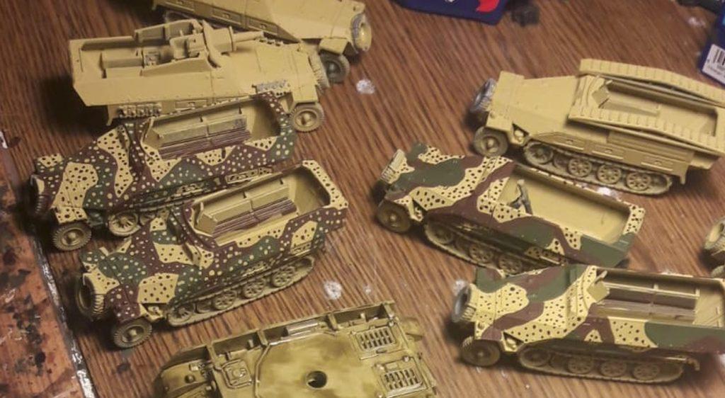 Gleich ein ganzes Rudel Sd.Kfz. 251/1 Ausf. D in Hinterhalttarn und ganz simpel Dunkelgeld.