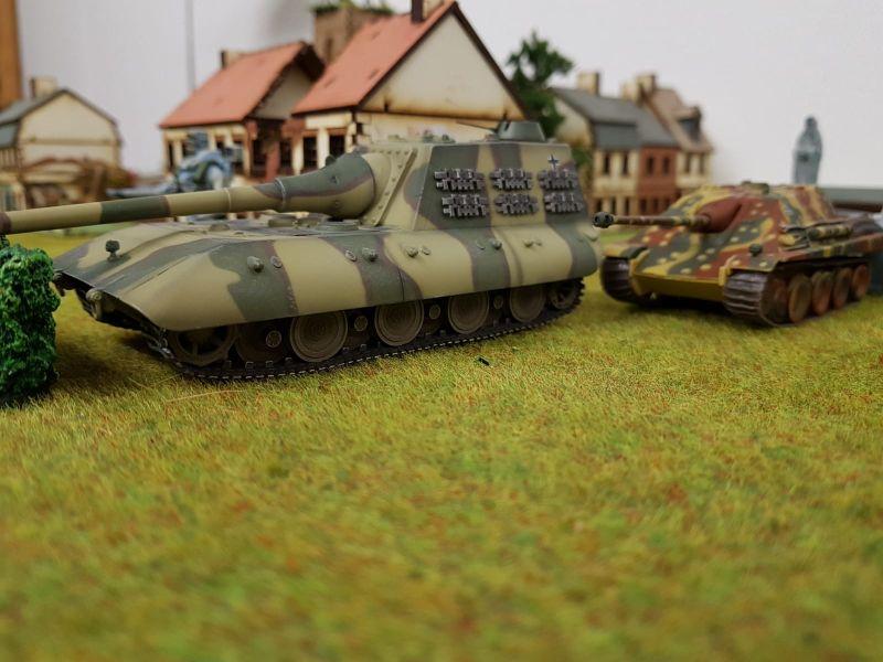 Hier der Modelcollect AS72099 Jagdpanzer E-100 mit 170mm Kanone in Aktion und in Begleitung