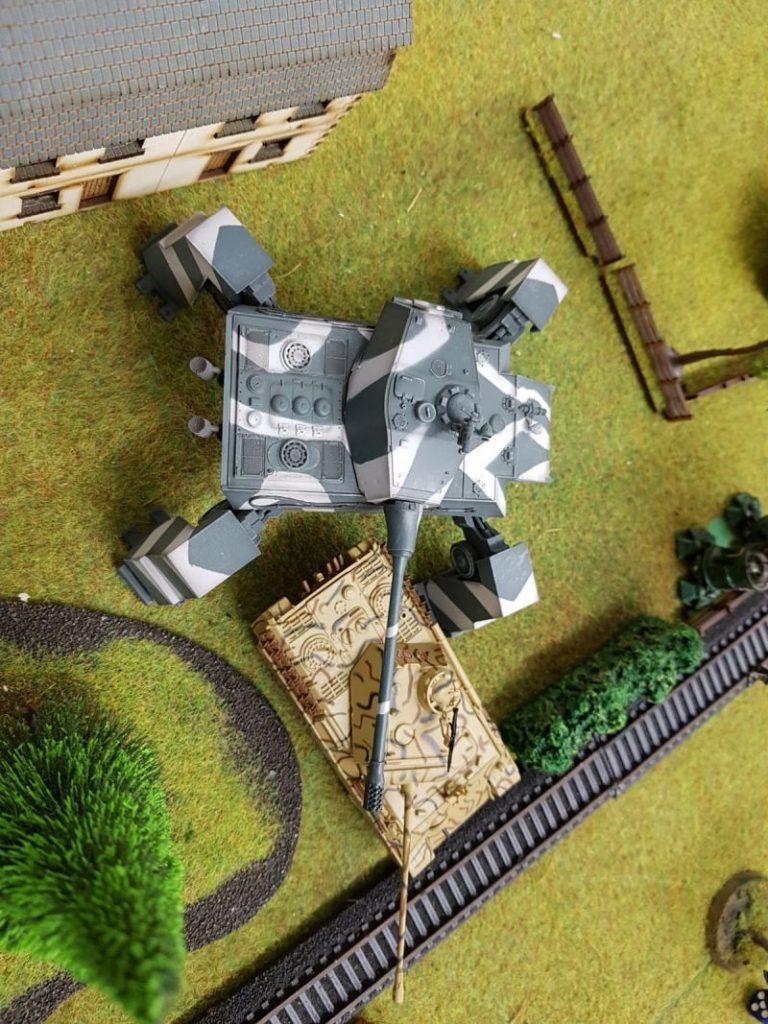 Da freut sich der Panther. Der  Modelcollect E-100 Nothung holt die Sveroboj vom Horizont.