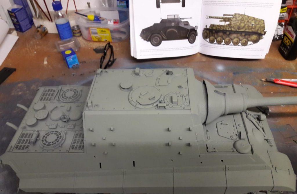"""Und wieder hat Josef ein """"begleitendes Projekt"""" von Florian. Dessen Jagdtiger im Maßstab 1:16 will mit der Airgun behandelt werden. Die Grundierung ist bereits aufgebracht."""