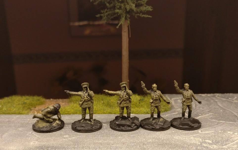Das Offizierskorps der 10. NKWD Division nach der Grundierung und dem Auftrag der Farbe Khaki auf der Uniform und der Farbe Schwarz auf der Base.