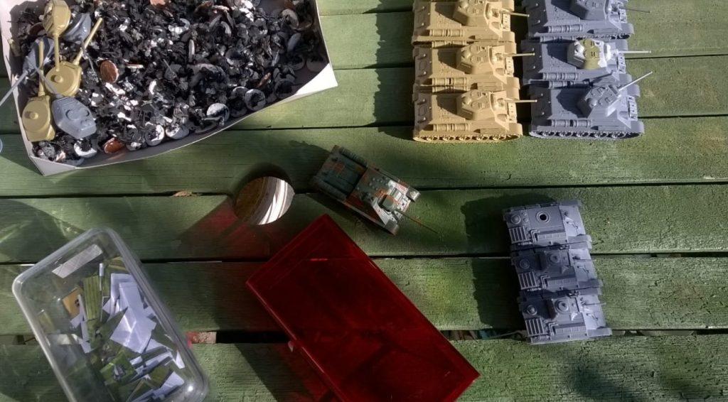 Klarer Glücksfall. Ein Six-Pack T-34 entdeckt. Unbemalt und noch in keiner Schlacht bewährt. Da muss man was tun! Die kommen in die zehnte Welle!