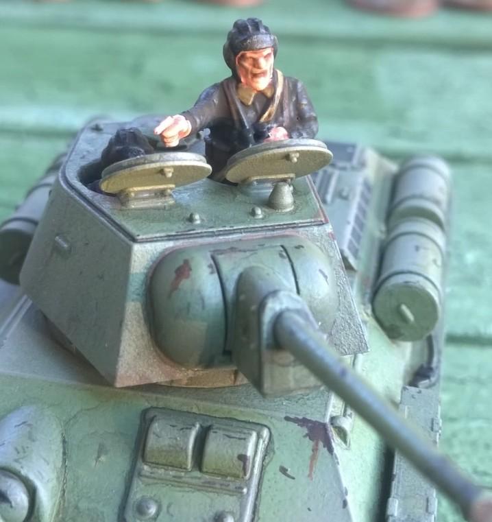 Der Herr Kommandeur im Turmluk seines Mickey-Mouse-T-34/76.  von der Plastiic Soldier Company