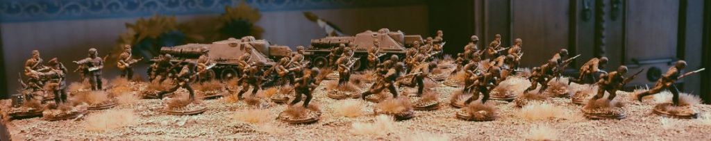 Schützen des 77. Schützenregiment der 26. Schützendivision proben den Angriff. Hier unterstützt durch SU-122 aus jüngster Fertigung.