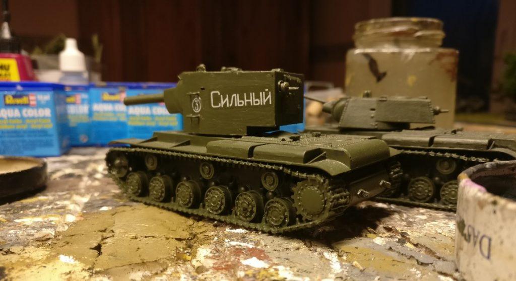 Zwei weitere KW-Panzer warten auf Bemalung. Ein KW-II mit seinem wuchtigen Turm und ein KW-1.