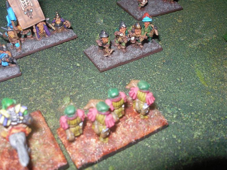 Die Reihen stehen sich dicht an dicht gegenüber. Orks wie Zwerge überschütten den jeweiligen Gegner mit einer Wolke aus Armbrustbolzen.