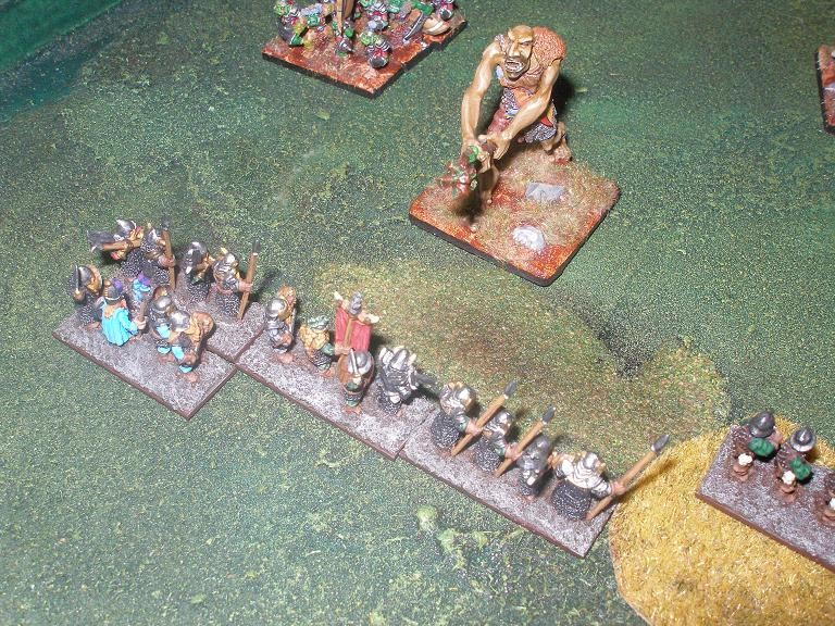 Der Troll Orkuit nimmt geradewegs Kurs auf die Schlachtlinie der Zwerge.