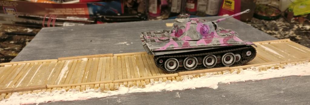 Die Randhölzer wurden so verlegt, dass der Panther den Knüppeldamm noch befahren kann.