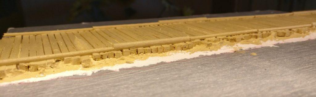 Hier wurde das Holz der Balken sowiel der Randhölzer mit der Revell Aquacolor 36314 Beige behandelt.
