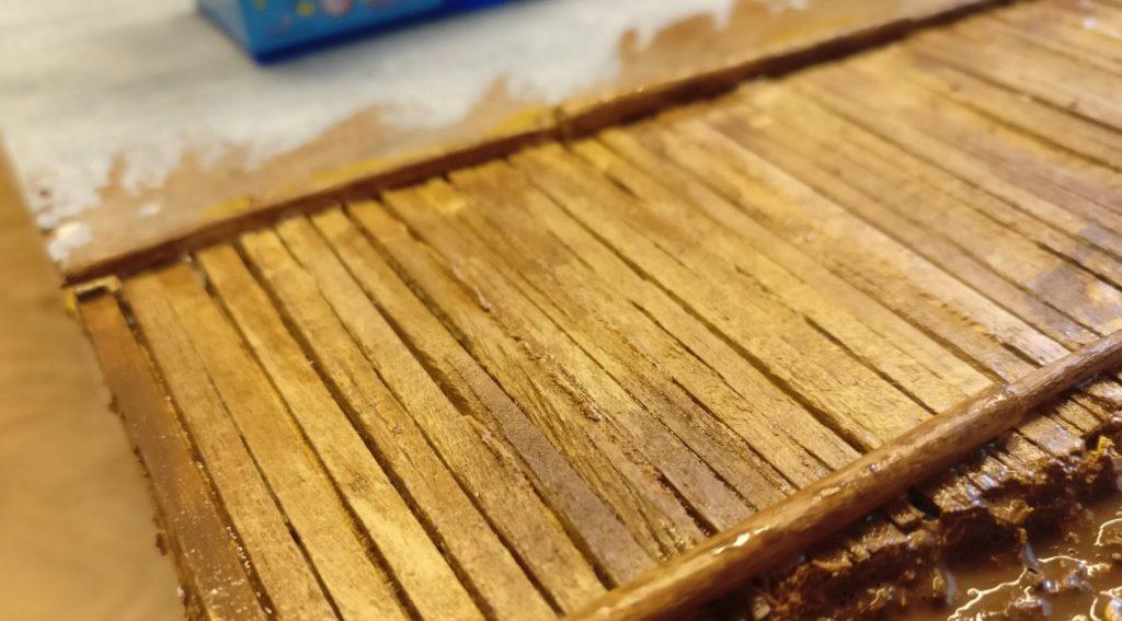 Beim Trocknen erkennt man bereits das Herausbilden der typischen Holzstrukturen auf den Holzbalken.