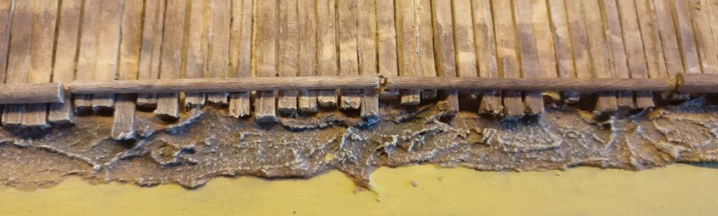Auch am Knüppeldamm kommt nun die 314er Beige zum Einsatz. Auf diesem Bild tritt die Wirkung in einem Vorher-Nachher-Vergleich zu Tage. In der linken Bildhälfte wurde die 314er Beige per Trockenbürsten auf das Holz aufgetragen. In der rechten Bildhälfte nicht. Ich finde, dass die Oberfläche durch das Trockenbürsten mit der 314er Beige gewaltig dazugewinnt.