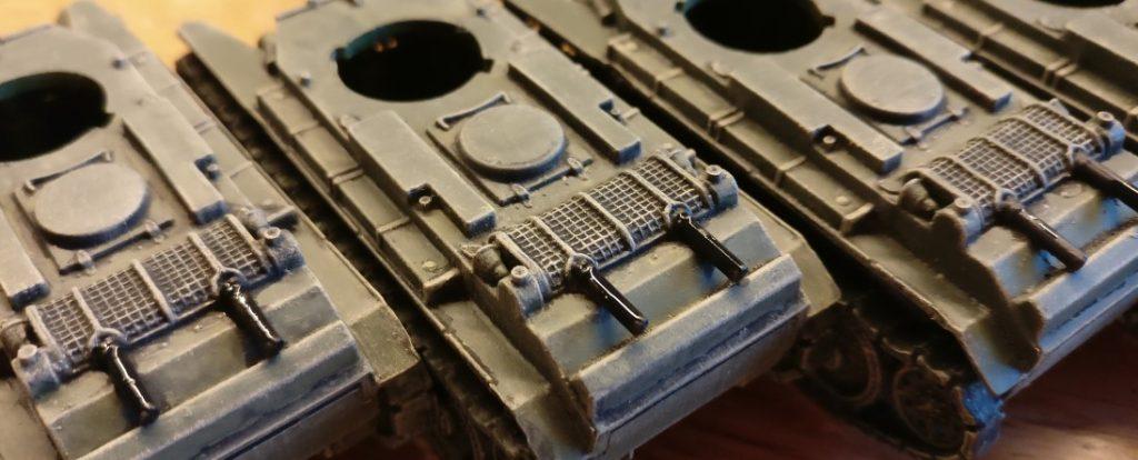 Das Grundieren der Auspuffrohre der Pegasus BT-7 mit Schwarz.