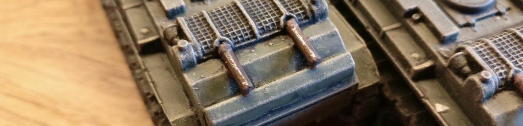 Die Lasur aus 85er Braun ist auf den Auspuff des BT-7 aufgetragen.