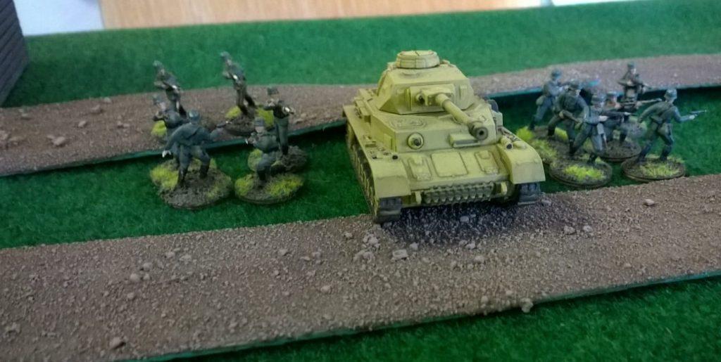 Ein mutiger Panzer IV und Begleitinfanterie.