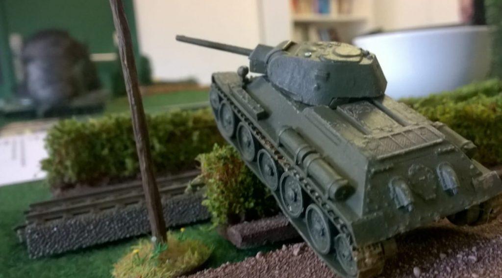 Ein T-34/76 bei seiner liebsten Tätigkeit, dem Überrollen.