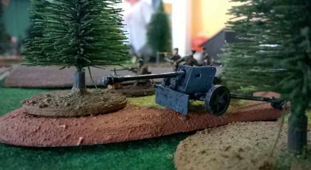 Eine deutsche 7,5cm-Pak 40 am Waldrand.