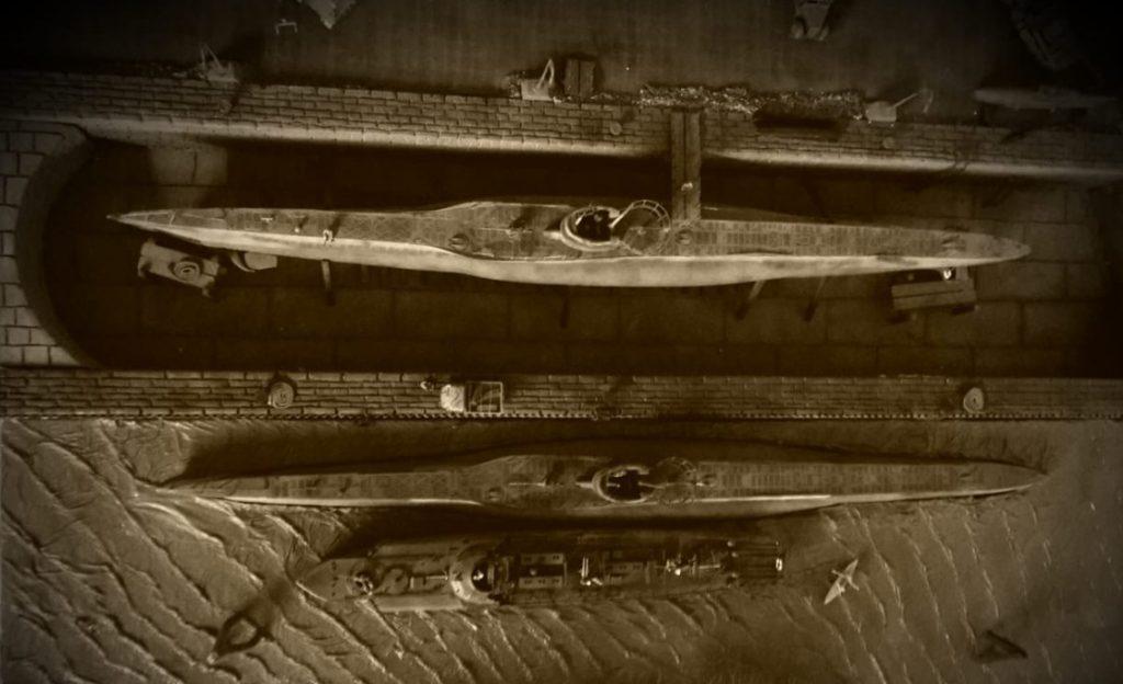 Ein britischer Fernaufklärer hat den Nilkheimer U-Boot-Stützpunkt fotographiert. Angriffe sind zu erwarten! Aber jetzt verdunkeln? Admiral Josef entscheidet: Nein, die Lampen bleiben an und holt die Acht-Acht-Flak raus. So kennen wir sie, die Franken!