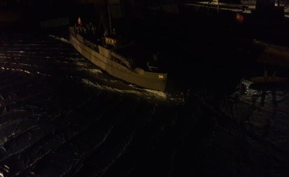 Der Kapitän des Schnellboots besitzt nicht Josefs mentale Stärke - und verpieselt sich auf Patrouille. Draußen vor der Bucht hat man verdächtige Beobachtungen gemeldet. Dem muss man nachgehen!