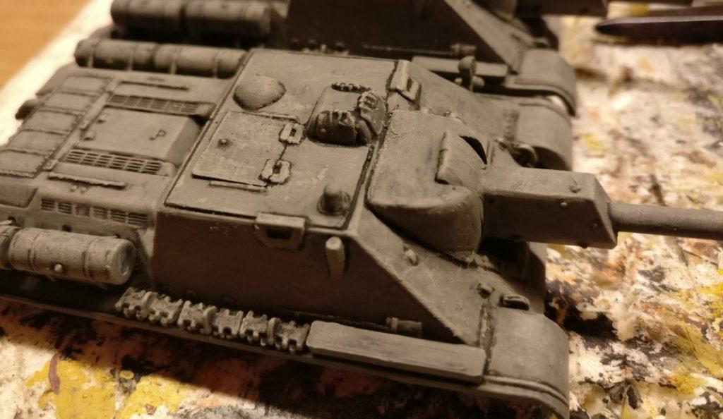 Wichtig beim Auftrag der Bronzegrün: Die Lasur darf nicht in die dunklen Vertiefungen laufen und die kontraststarken Linien an den Pegasus SU-122 aufweichen.