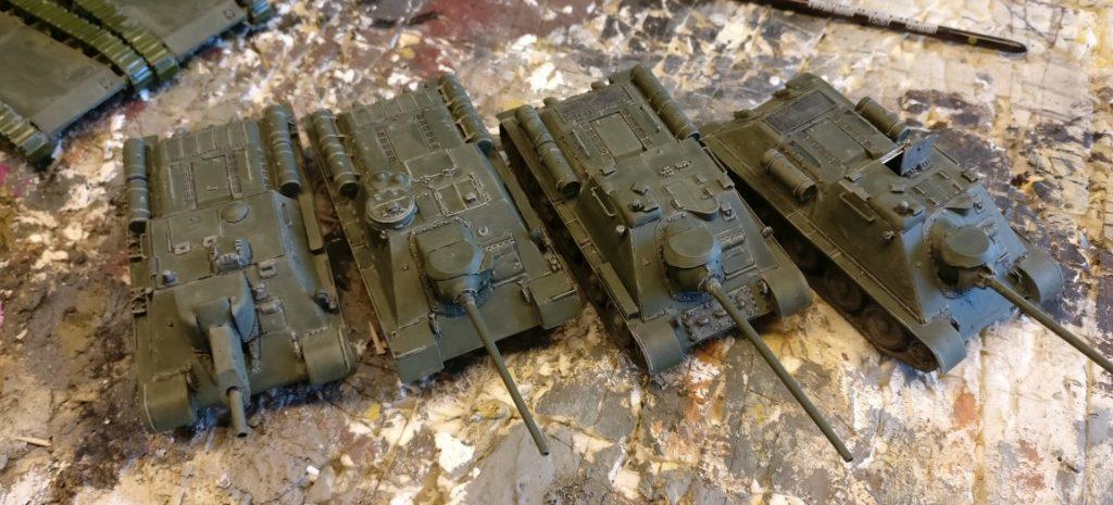 Der Kontrast von Beige zu Bronzegrün ist wesentlich stärker als von Helloliv zu Grüngrau. Entsprechend intensiv strahlt die Pegasus SU-122 nun.