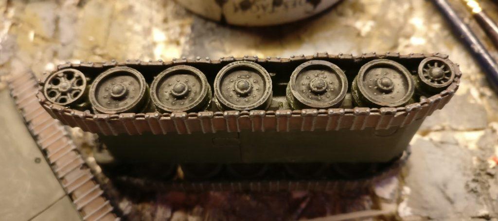 Seitlich wurden erhabene Teile auf der Panzerkette hervorgehoben.
