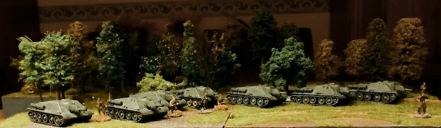 Sieben Schwarzkittel gehen in Feuerstellung. Die Herren Kommandanten der SU-122 diskutieren bereits.